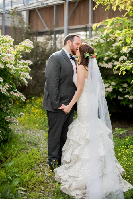 Wedding portrait kiss in the garden | The Cheerful Times